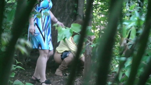 girl in blue shorts pissing in bushes