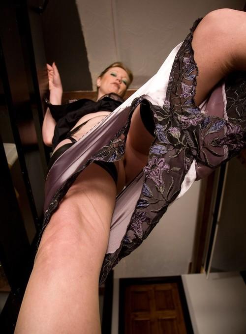 чувств у женщин под юбкой танцуют кадриль видео снизу эротично руки обвили шею