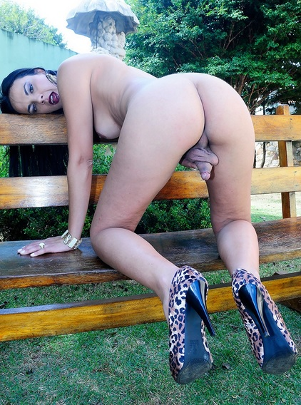 Laisa Strips Outdoors