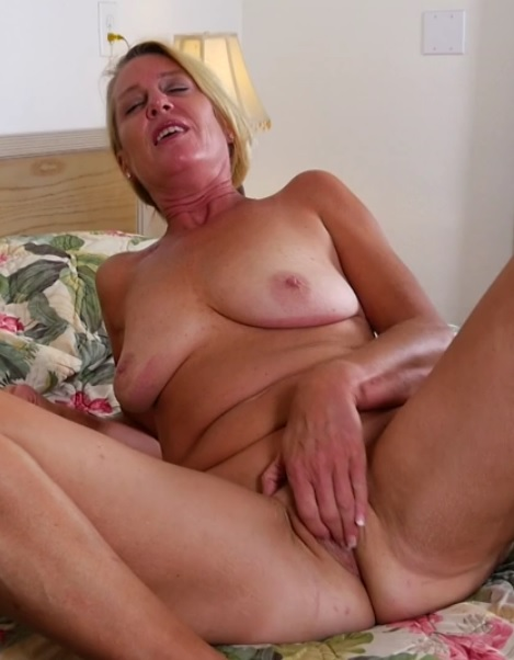 Liz Summers (52) in American housewife Liz fingering herself