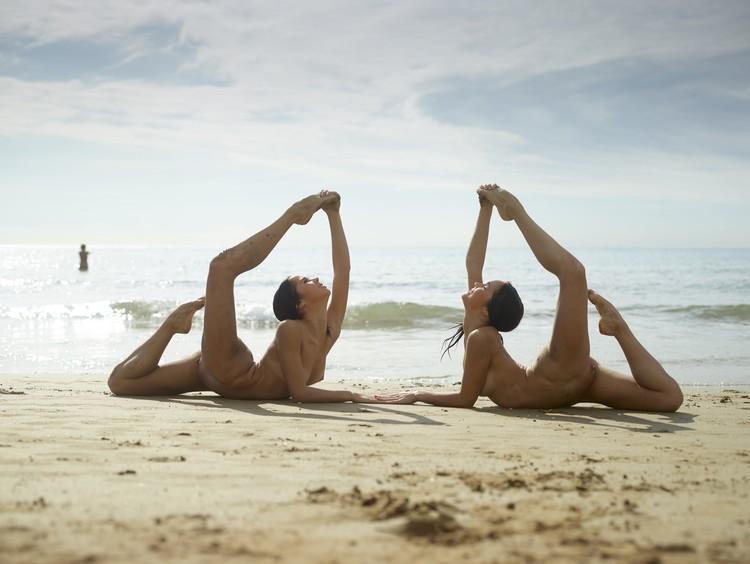 julietta-and-magdalena-flexi-beach-bodies-13-10000px (image 1),