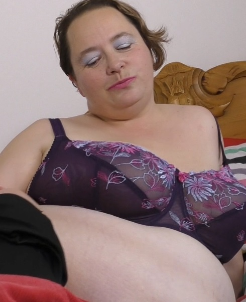 Netty (EU) (42) in British big mature lady Netty fingering herself