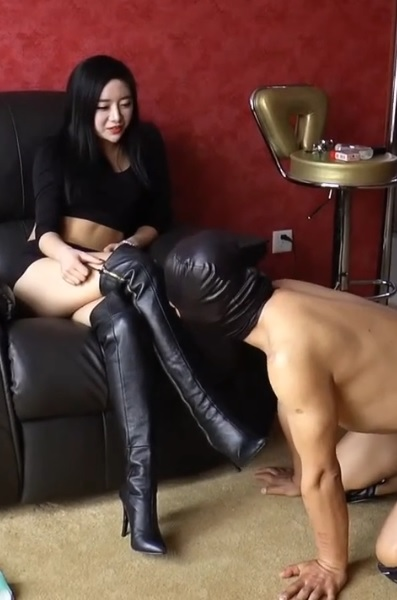 Chinese Girl Ride Her Slave Femdom