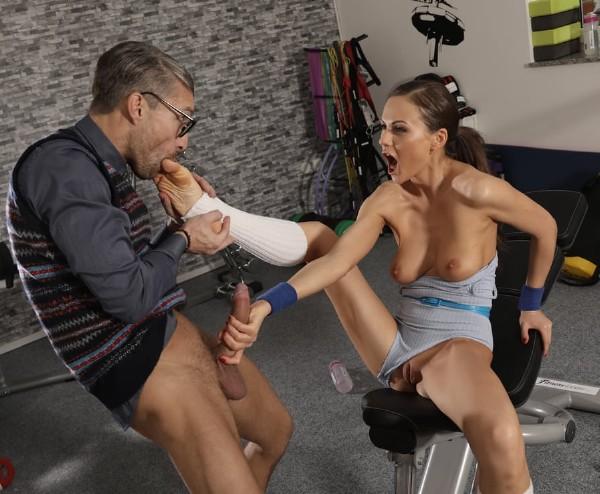 Tina Kay - Cock loving gym hottie fucks geek - HD (2018/FitnessRooms.com/350.06 MB)