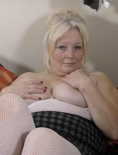 British curvy housewife Cindy fingering herself