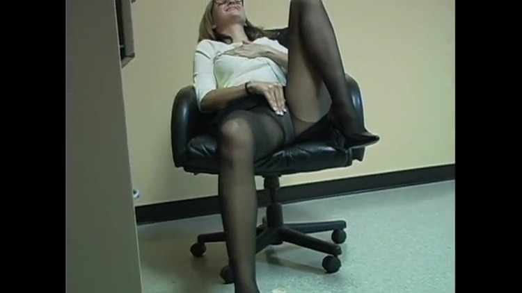 Blonde Office Bimbo.mp4[/url]